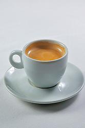 Café Espresso é uma bebida de café preparada através da passagem de água muito quente sob alta pressão por café moído. Foi criado e se desenvolveu na Itália desde o início do século XX, mas até à década de 1940 era preparada sob pressão de vapor.  FOTO: Jefferson Bernardes/Preview.com