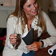 NLD/Amsterdam/20080819 - Kick-off party nieuwe seizoen 'Goede Tijden, Slechte Tijden', Lieke van Lexmond eet een patatje