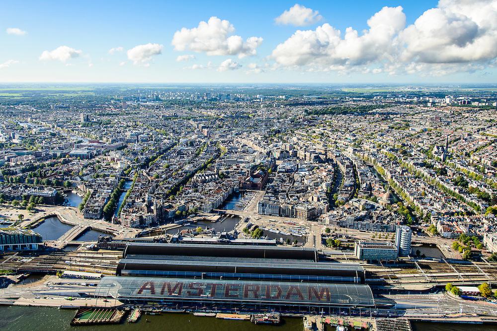 Nederland, Noord-Holland, Amsterdam, 27-09-2015; Centraal Station, Amsterdam CS met de nieuwe overkapping aan het IJ - het busstation. Het verkeer gaat onder het station door via de Michiel de Ruytertunnel.<br /> Links achter het station het Rokin, Damrak en de Burgwallen, rechts de grachtengordel.<br /> Amsterdam Central Station with the new roof - the bus station.<br /> <br /> luchtfoto (toeslag op standard tarieven);<br /> aerial photo (additional fee required);<br /> copyright foto/photo Siebe Swart