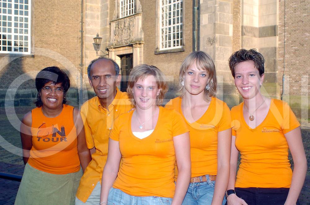 ALMELO<br /> simon uspessy en andere jongeren die voor een project naar ambon gaan<br /> Editie: AM1<br /> <br /> fotografie frank uijlenbroek©2006 sander uijlenbroek<br /> TT20060725