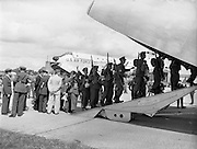 17/08/1960<br /> 08/17/1960<br /> 17 August 1960<br /> Airlift of the 33rd Battalion to the Congo. Picture shows the headquarters staff of the 33rd boarding the U.S. Airforce Douglas C-124 Globemaster II transport aircraft that would take them to the Congo for their UN tour of duty.