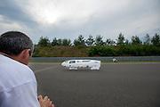 Aurelien Bonneteau tijdens zijn uurrecordpoging. In Duitsland worden op de Dekrabaan bij Schipkau recordpogingen gedaan met speciale ligfietsen tijdens een speciaal recordweekend.<br /> <br /> Aurelien Bonneteau at his hour record attempt. In Germany at the Dekra track near Schipkau cyclists try to set new speed records with special recumbents bikes at a special record weekend.