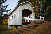 USA, Oregon, Pedee, Minnie Ritner Ruiter Wayside, Ritner Creek Bridge, covered bridge in early Autumn.