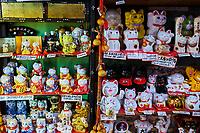 Japon, île de Honshu, région de Kansaï, Kyoto, vieux quartier de Sannenzaka, boutique de souvenirs dédiés aux chats // Japan, Honshu island, Kansai region, Kyoto, old street of Sannenzaka, cat souvenir shop