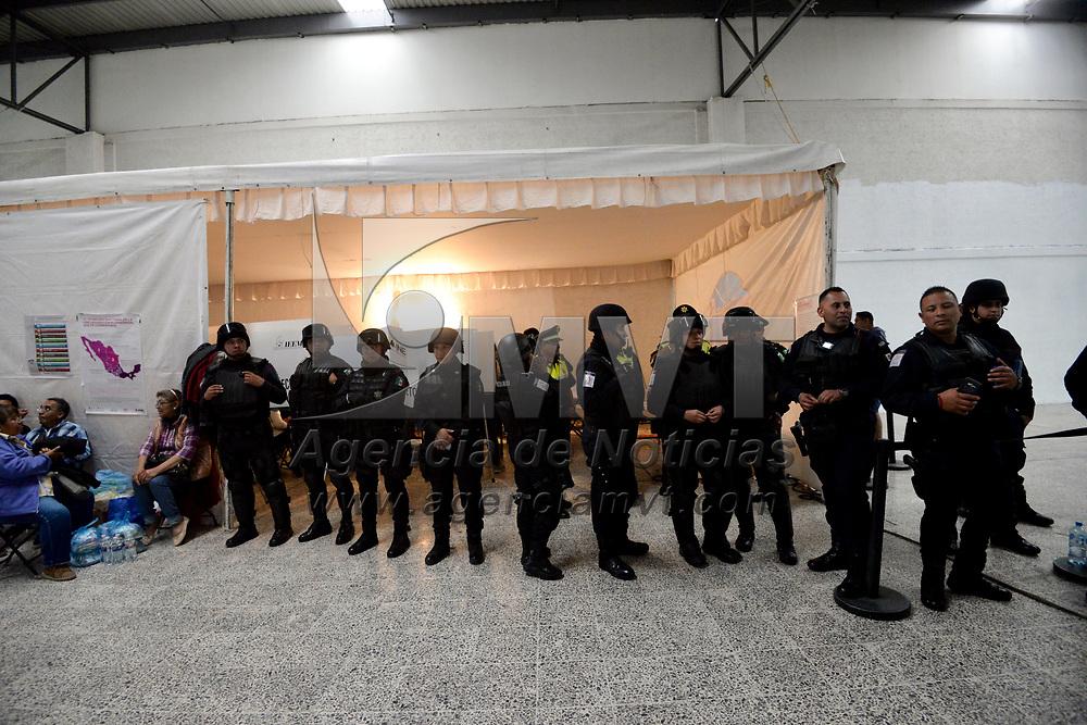 Toluca, México (Junio 01, 2018).- En la casilla especial instalada en la Terminal de Autobuses de Toluca se activo un operativo de seguridad por parte de la policía municipal y estatal después de registrarse algunos empujones por que se acabaron las boletas.  Agencia MVT / Crisanta Espinosa.