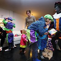 Nederland, Haarlem , 5 december 2012..Sinterklaas en Piet op bezoek bij Familie Esser tijdens pakjesavond..Foto:Jean-Pierre Jans