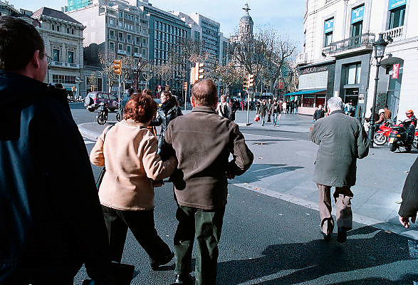 Spanje, Barcelona, 10-1-2004..Straatbeeld van Barcelona, met voetgangers. toerisme, stadsbeeld, vakantie...Foto: Flip Franssen