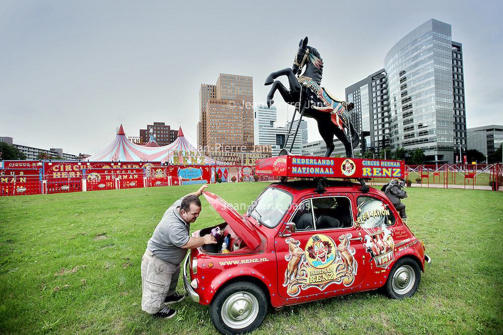 Nederland, Amsterdam , 12 augustus 2011..Sfeerbeeld achter de coulissen van Circus Renz aan de Zuidas..De lilliputter Milco Steijvers van Circus Renz bij zijn speciaal voor het circus aangepaste Fiat 500..Foto:Jean-Pierre Jans