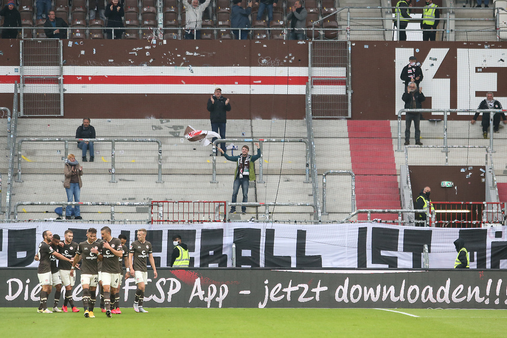 Fussball: 2. Bundesliga, FC St. Pauli - 1. FC Heidenheim, Hamburg, 27.09.2020<br /> Jubel FC St. Pauli und Fans, Zuschauer, Fahne<br /> © Torsten Helmke