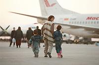 07.04.1999, Mazedonien/Skopje:<br /> Flüchtlinge / Vertriebene aus dem Kosovo steigen auf dem Flughafen Skopje in eine Chartermaschine zum Weiterflug nach Nürmberg, Flughafen Skopje, Mazedonien <br /> IMAGE: 19990407-01/06-24<br /> KEYWORDS: plane, Flugzeug