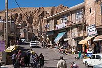 Iran, Kandovan, 22.08.2016: Passanten im Dorf Kandovan. Provinz Ost-Aserbaidschan, Nordwest-Iran.