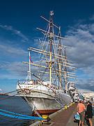 Dar Pomorza zakotwiczony przy Nabrzeżu Pomorskim w Gdyni