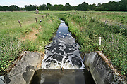 Nederland, Groesbeek, 27-5-2020 Een kleine stuw in een natuurlijke beek die het water op peil houdt, van het waterschap rivierenland . Een peilschaal geeft de waterstand aan . Door de aanhoudende droogte is er minder aanvoer van water . Er dreigt een watertekort voor de landbouw in delen van het land.Foto: Flip Franssen