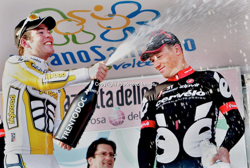 RØDMERKET!! IKKE SALG!!..SAN REMO 20090321..Thor Hushovd var skuffet over at laget han Cervelo Test Team ikke vant. Her for han en kalddusj av vinner Mark Cavendish...FOTO: DANIEL SANNUM LAUTEN