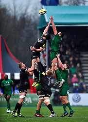 Alistair Hargreaves of Saracens and Nic Rouse of London Irish compete for the ball at a lineout - Photo mandatory by-line: Patrick Khachfe/JMP - Mobile: 07966 386802 03/01/2015 - SPORT - RUGBY UNION - London - Allianz Park - Saracens v London Irish - Aviva Premiership