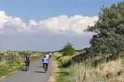 Nederland, Groede, Zeeland, 10-9-2019In de duinen langs de Noordzee in Zeeuws Vlaanderen. Het is naseizoen en daardoor zijn er veel toeristen, vooral uit duitsland . Er wordt veel gefietst en gewandeld in het duinengebied en op de zeedijk, zeewering, richting Breskens.Foto: Flip Franssen