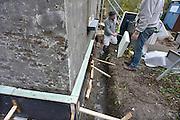 Nederland, Ubbergen, 19-11-2014Bouwvakkers zijn bezig de buitenkant, muur, van een huis van isolatie te voorzien.Foto: Flip Franssen/Hollandse Hoogte