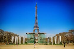 A torre Eiffel e o Muro da Paz. A Torre Eiffel é uma torre treliça de ferro do século XIX localizada no Champ de Mars, em Paris, foi construída como o arco de entrada da Exposição Universal de 1889. FOTO: Jefferson Bernardes/ Agência Preview
