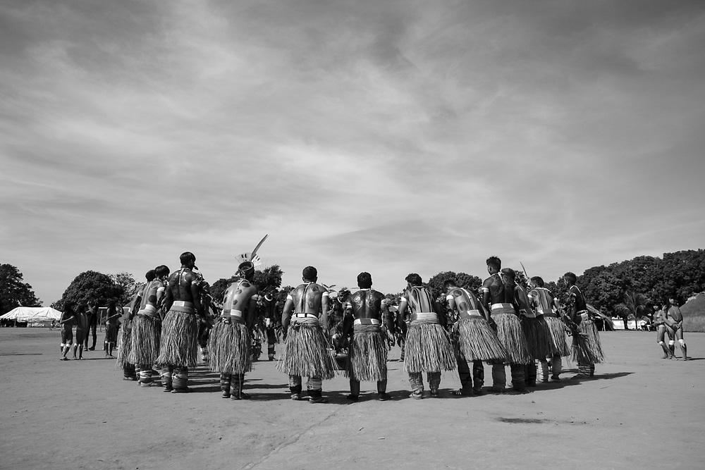 Dança ritual. Aldeia Ipatse, etnia Kuikuro, Alto Xingu.