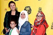 Tweede verjaardag van The Lion King in het AFAS Circustheater in Scheveningen. Het wordt een héél bijzondere avond, want The Lion King trakteert dit jaar de LINDA.foundation<br /> <br /> Op de foto:  Susan Visser met dochter en vrieninnen