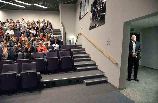 Nederland, 16-10-2012Astronaut en arts Andre Kuipers houdt een voordracht, lezing, voor medisch studenten aan de Radboud universiteit.Hij wacht in de coulissen op zijn beurt.Foto: Flip Franssen
