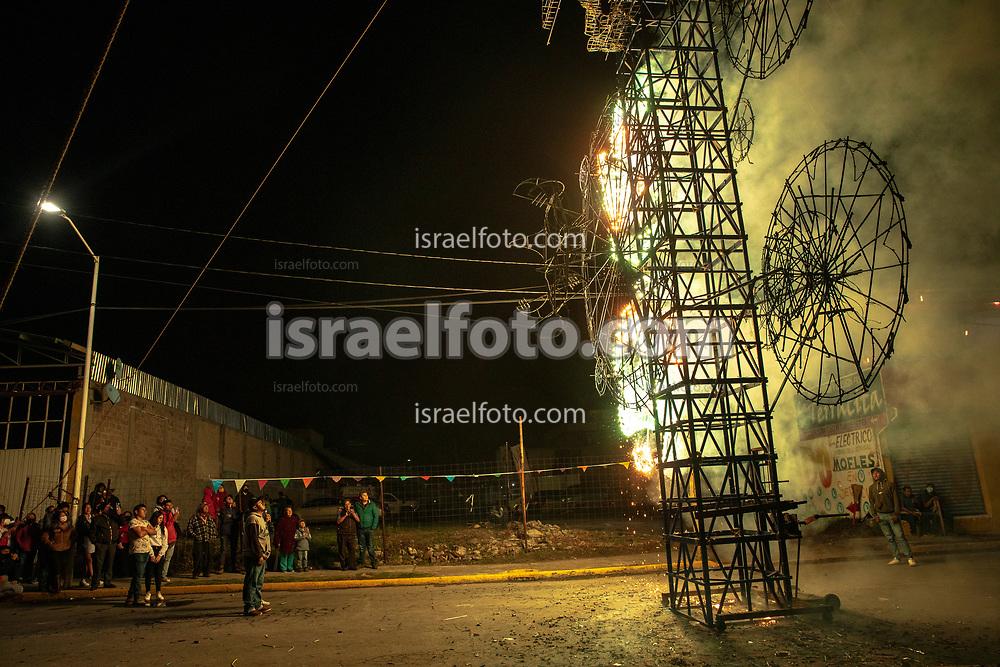14 mayo 2021,  Tultepec, México. Asistentes a una celebración de San Juan de Dios contemplan la quema de un castillo pirotécnico.