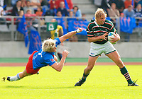 Photo: Henry Browne.<br /> Stade Francais v Leicester Tigers. Heineken Cup.<br /> 29/10/2005.<br /> Lewis Moody of Tigers avoids Stade's Remy Martin.