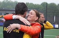 DEN BOSCH - Vreugde bij Den Bosch      na de  de tweede finale wedstrijd tussen de vrouwen van Den Bosch en SCHC (2-0)  .   oa Ireen vd Assem,  Karin den Ouden, Lieke Hulsen,  Sian Keil,  COPYRIGHT  KOEN SUYK