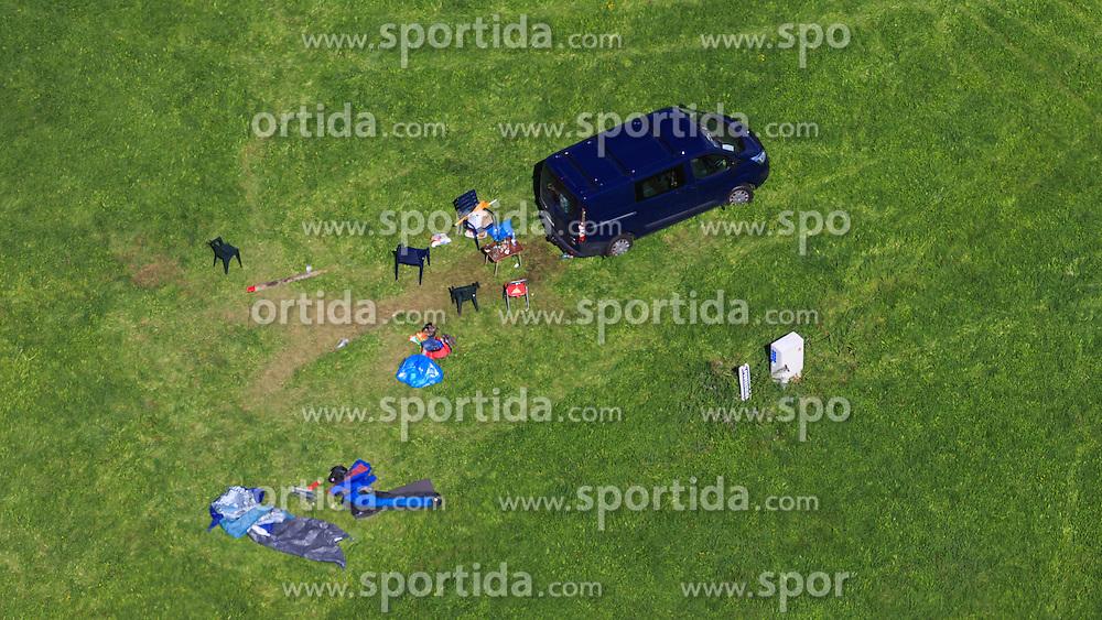 THEMENBILD, Luftaufnahme von parkenden Kraftfahrzeugen und Zelten auf einer Wiese eines Campingplatzes, aufgenommen am 06. September 2015, Red Bull Ring, Spielberg, Österreich // Aerial view of parked cars and tents on a meadow a campground, Red Bull Ring, Spielberg, Austria on 2015/09/06. EXPA Pictures © 2015, PhotoCredit: EXPA/ JFK