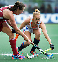 AMSTERDAM - Hockey - /Nv23/ (r) in duel met Giselle Ansley (GB)  Interland tussen de vrouwen van Nederland en Groot-Brittannië, in de Rabo Super Serie 2016 .  COPYRIGHT KOEN SUYK