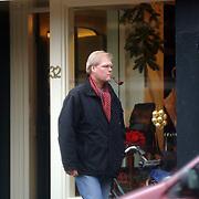 NLD/Laren/20051224 - Robin Linschoten, pijp rokend, winkelend in Laren