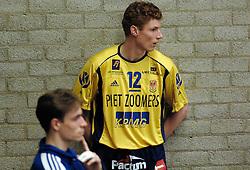 02-04-2005 VOLLEYBAL: PIET ZOOMERS D-OMNIWORLD: APELDOORN<br /> <br /> In Apeldoorn was het bezoekende Omniworld in een uitverkocht uiterst sfeervolle dynamohal het betere team dat Piet Zoomers-d met een 3-1 zege op de knieën kreeg en komende woensdag mag trachten om de 2-1 voorsprong voor de Apeldoorners teniet te doen - <br /> <br /> ©2005-WWW.FOTOHOOGENDOORN.NL bas van de goor