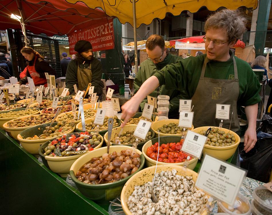 Londyn, 2009-03-06. Stoisko z oliwkami na targu żywność Brought Market,