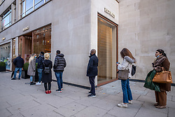 © Licensed to London News Pictures. 04/11/2020. London, UK. Shoppers queue up at Hermes in Chelsea. Last minute shopping on the King's Road in Chelsea, London with only a few hours left before another National lockdown begins. Prime Minister Boris Johnson announced last Saturday a new Covid-19 lockdown restrictions for England from Thursday (tomorrow) with pubs, restaurants, non-essential shops and gyms to close. The Prime Minister also warned MPs that deaths from Covid-19's second wave could be twice as high as the first ahead of MPs voting on the Government's 4 week lockdown measures today. Photo credit: Alex Lentati/LNP