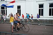 Na afloop rijden bezoekers met de fiets over het parcours. In Utrecht is deTour de France van start gegaan met een tijdrit. De stad was al vroeg vol met toeschouwers. Het is voor het eerst dat de Tour in Utrecht start.<br /> <br /> In Utrecht the Tour de France has started with a time trial. Early in the morning the city was crowded with spectators. It is the first time the Tour starts in Utrecht.