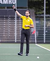 AMSTELVEEN - scheidsrechter Xander Damen geeft een groene kaart tijdens de competitie hoofdklasse hockeywedstrijd heren, Amsterdam -Rotterdam (2-0) .  COPYRIGHT KOEN SUYK