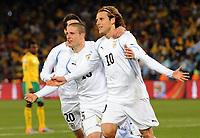 Fotball<br /> VM 2010<br /> 16.06.2010<br /> Sør Afrika v Uruguay<br /> Foto: Witters/Digitalsport<br /> NORWAY ONLY<br /> <br /> Jubel 0:2 v.l. Alvaro Fernandez, Diego Perez, Torschuetze Diego Forlan (Uruguay)<br /> Fussball WM 2010 in Suedafrika, Vorrunde, Suedafrika - Uruguay