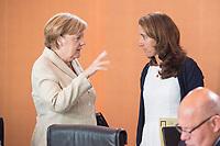 30 AUG 2017, BERLIN/GERMANY:<br /> Angela Merkel (L), CDU, Bundeskanzlerin, und Aydan Oezoguz (R), SPD, Staatsministerin bei der Bundeskanzlerin als Beauftragte der Bundesregierung fuer Migration, Fluechtlinge und Integration, im Gespraech, vor Beginn der Kabinettsitzung, Bundeskanzleramt<br /> IMAGE: 20170830-01-006<br /> KEYWORDS: Kabinett, Sitzung, Gespräch, Aydan Özoğuz