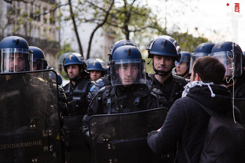 Policiers et gendarmes des Compagnies Républicaines de Sécurité (CRS), Compagnie d'Intervention (CI) et Escadrons de Gendarmerie Mobile (EGM) le 28 avril 2016 en maintien de l'ordre lors de la dispersion  place de la Nation  de la manifestation contre la Loi Travail.<br /> Avril 2016 / Paris (75) / FRANCE