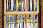 Spanje, Tabernas, 9-11-2019Western filmstudios , mini hollywood . Dit gebied is bekend om  cinematografische activiteiten, het is namelijk de locatie van beroemde Spaghetti Westerns. Sergio Leone nam hier zijn films op zoals the good the bad and the ugly met o.a. clint eastwood en lee van kleef . Het ligt op de rand van de woestijn van Tabernas, desierto de . Het is een populair uitje voor inwonders van Almeris en er wordt een wild wes scene gespeeld voor het publiek door acteurs .Foto: Flip Franssen