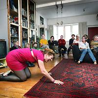 """Nederland, Amsterdam , 18 juni 2011..Huiskamervoorstelling """"de Oppas"""" met cabaratier Marijke Schipper.in de Wenslaverstaat in Amsterdam Westr.Foto:Jean-Pierre Jans"""