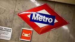 THEMENBILD - Das Logo der U-Bahngesellschaft. Die Stadt Madrid ist eine der größten Metropolen in Europa. Sie liegt im Zentrum der iberischen Halbinsel und ist Hauptstadt von Spanien. Aufgenommen am 25.03.2016 in Madrid ist Spanien // Madrid is on of the biggest metropolis in Europe. It is located in the center of the Iberian Peninsula and is the capital of Spain. Spain on 2016/03/25. EXPA Pictures © 2016, PhotoCredit: EXPA/ Jakob Gruber