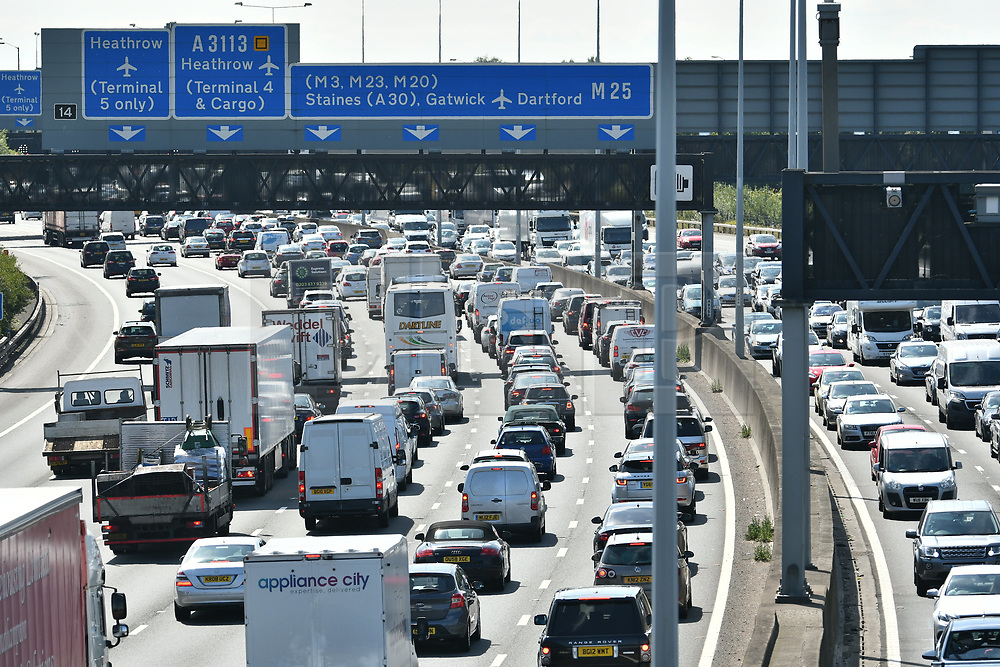© Licensed to London News Pictures. 25/08/2017. London, UK. Traffic builds up on the M25 southbound near Heathrow Airport, as the August bank holiday begins. <br />  Road and rail services are being affected by maintenance work this weekend - one of the busiest in the year. Photo credit: Ben Cawthra/LNP