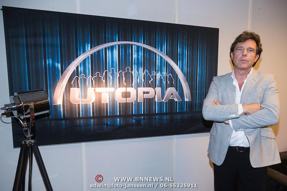 NLD/Bussum/20131219 - Perspresentatie nieuwe real life soap Utopia, John de Mol bij het bord Utopia