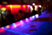 Die Bar der MeetFactory im Prager Stadtteil Smichov während einer Abendveranstaltung mit Kunst und Live Musik.