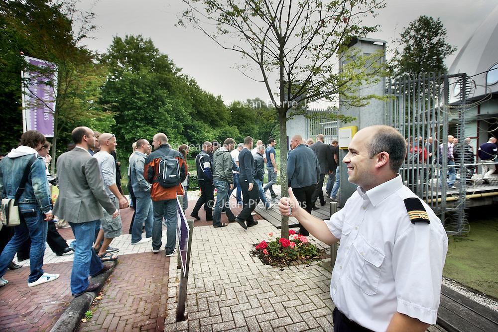 Nederland, Amsterdam Zuid Oost, 8 juni 2011. ,.Brandweerlieden lopen massaal bij Planatarim naar binnen om de geplande bezuinigingsmaatregelingen van van Burgemeester van der Laan aan te horen..Foto:Jean-Pierre Jans
