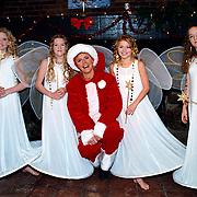Gouden plaat voor 3T in Zandvoort bij Irene Moors in kerstmannenpak met engelen