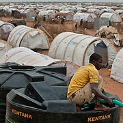 kenya, Dadaab, camp d'Ifo extension le 11-08-11 - Avec plus de 400000 réfugiés, en majeure partie des somaliens ayant fuit la guerre et la famine qui sévissent dans leur pays, Dabaab est le plus grand camp de réfugiés au monde. L'approvisionnement en eau potable a lieu tous les jours.