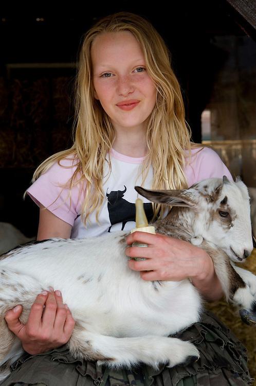 Nederland, Driebergen, 6 mei 2006..Ridammerhoeve, geitenboerderij in het Amsterdamse Bos waar publiek welkom is en kinderen geitjes een flesje melk kunnen geven. Meisjes, kinderen met geiten, geitjes, huisdieren, boerderijdieren, . .Uitsluitend voor redaktioneel gebruik, anders eerst vragen...Foto (c) Michiel Wijnbergh