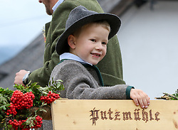 THEMENBILD - Erntedankfest, Bezirkserntedankfest für den Bezirk Liezen, im Bild ein Bauernbub mit Vogelbeeren und einem Holzschild mit der Aufschrift Putzmühle, aufgenommen am 27.09.2015 in Haus im Ennstal, Steiermark, Österreich // a child at the harvest festival in Haus im Ennstal, Styria, Austria on 2015/09/27. EXPA Pictures © 2015, PhotoCredit: EXPA/ Martin Huber
